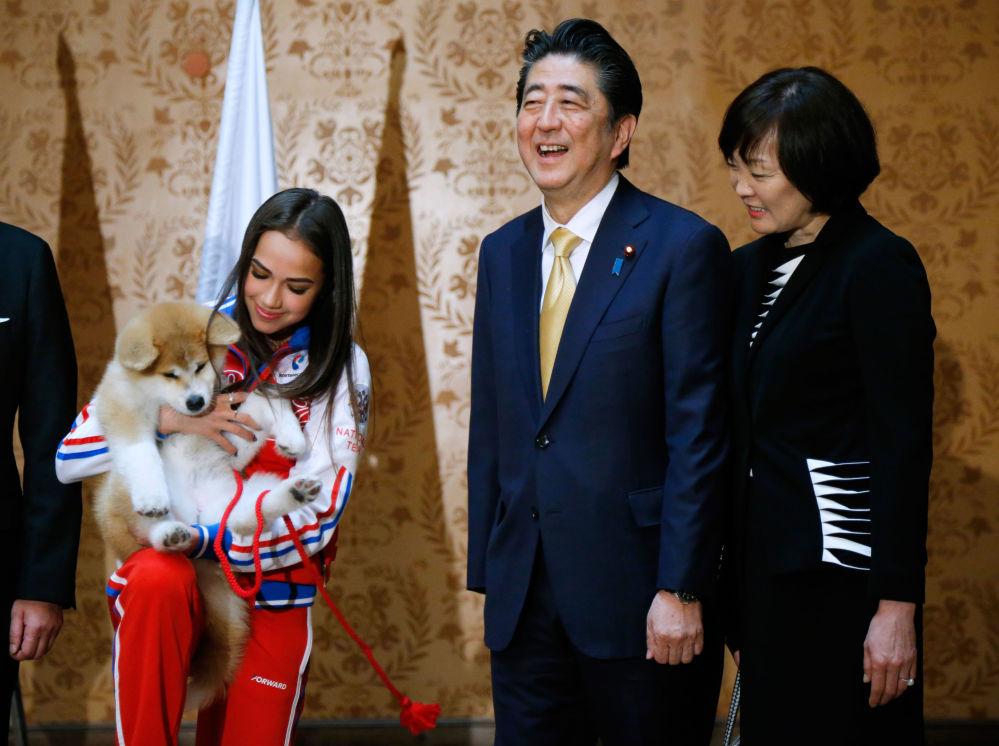 Alina Zagitova con un cucciolo di Akita-Inu, un regalo del Primo ministro giapponese Shinzo Abe e sua moglie