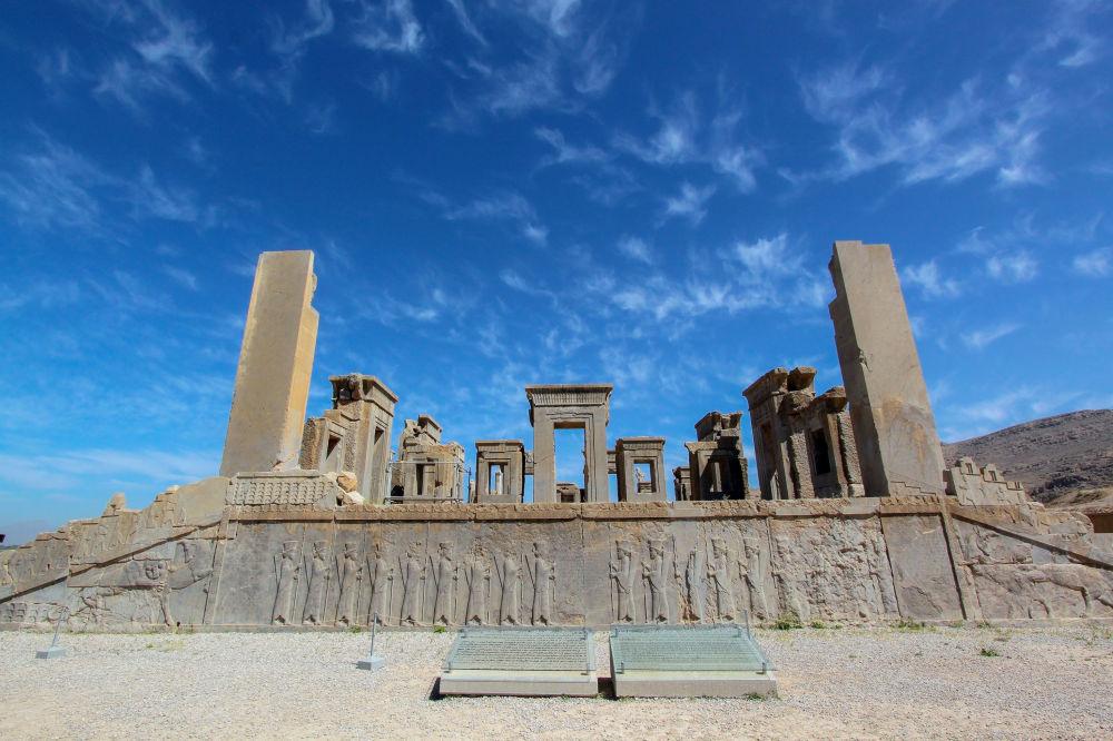 Persepolis è la città antica persiana fondata nei tra il V e il VI secolo a.C., era la capitale dell'impero della dinastia achemenide. Fu conquistata da Alessandro Magno nel 330 a.C. e venne in seguito distrutta da un incendio.