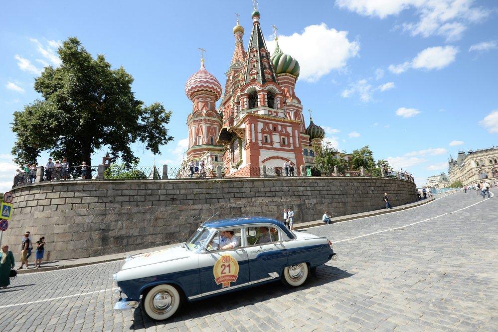 Icone di stile: auto d'epoca sulla Piazza Rossa