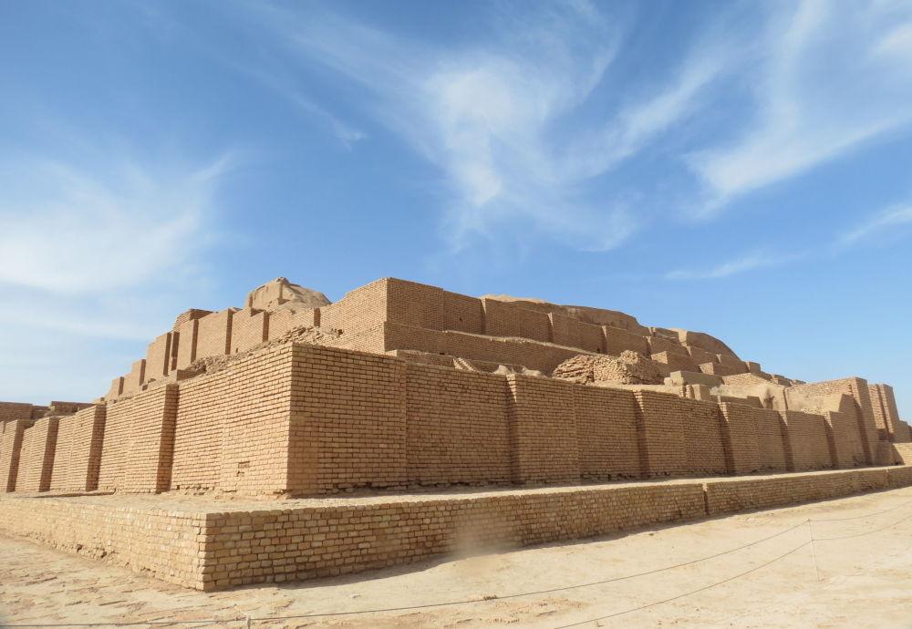 Lo ziqqurat di Dur Untash (o Choqa zanbil) è un'antica città e un complesso di templi di epoca elamita che fu costruito nel 1250 a.C. su ordine del re Untash Napirisha in onore del dio Inshushinak.
