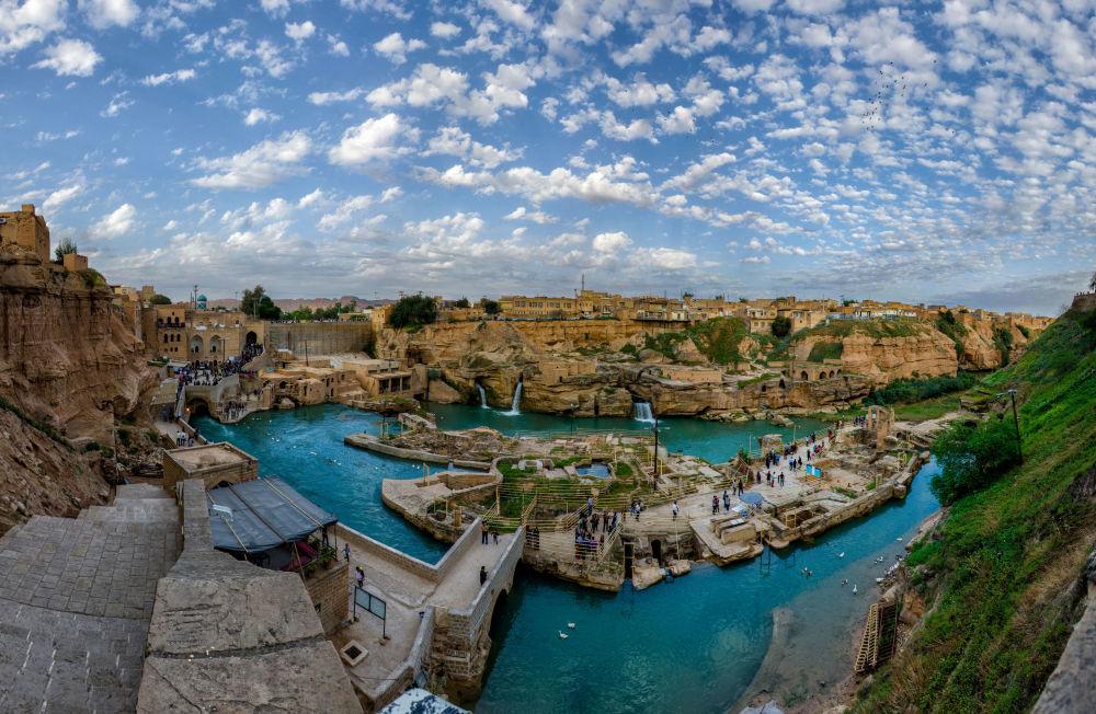 Band-e Kaisar, l'antico sistema d'irrigazione della città iraniana di Shushtar, fu costruito dal 260 al 270 d.C. dai prigionieri di guerra romani dell'esercito dell'imperatore Valeriano, catturati dai sasanidi nella Battaglia di Edessa.