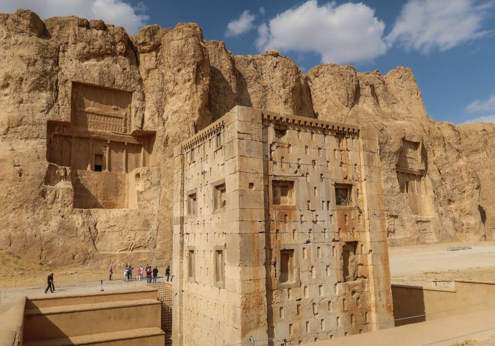 Il complesso archeologico Naqsh-e Rostam, dove sono situate le tombe dei re della dinastia achemenide: Serse I, Dario I, Artaserse I, Dario II che sono state ricavate nel fianco sud del monte Haji Abad.
