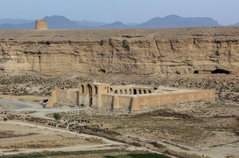 Il caravanserraglio samanide a Izadkhast si trova nella provincia di Fars e fa parte di un complesso architettonico che comprende rovine di epoche diverse. Fu costruito sotto Abbas I il Grande e servì come rifugio per viandanti stanchi e numerose carovane.