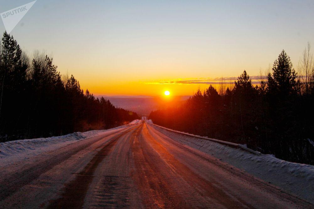 L'autostrada tra Irkutsk e il villaggio di Bolshoye Goloustnoye nella regione di Irkutsk