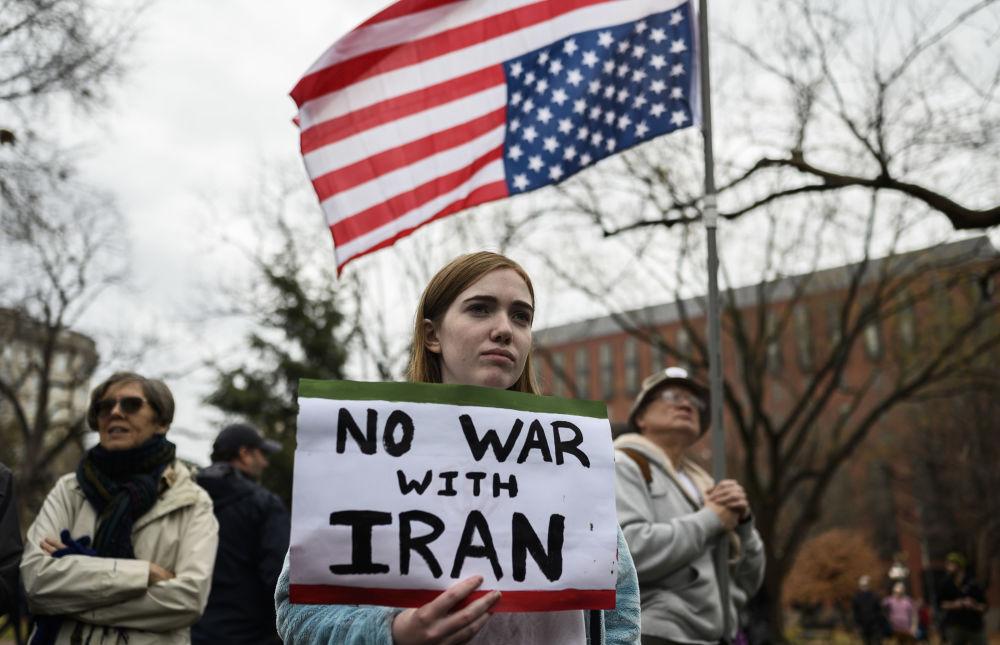 Le proteste contro la guerra all'Iran di fronte alla Casa Bianca a Washington, il 4 gennaio 2020
