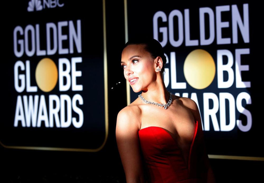 L'attrice statunitense Scarlett Johansson sul tappeto rosso della cerimonia del Golden Globe