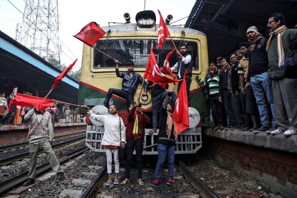I sostenitori del Partito Comunista indiano bloccano il treno durante le proteste antigovernative, Calcutta
