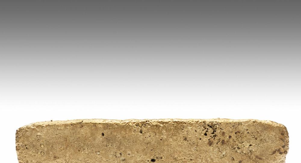 Foto di consegna rilasciata il 9 gennaio 2020 dal National Institute of Anthropology (INAH) del Messico, che mostra una barra d'oro da 1,93 chilogrammi trovata in un parco di Città del Messico nel 1981 da un operaio edile durante gli scavi per un nuovo edificio