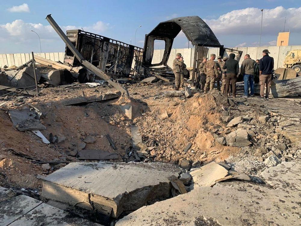 I soldati e i giornalisti statunitensi ispezionano il luogo del bombardamento, la base aerea di Ayn al-Asad, Iraq, il 13 gennaio 2020