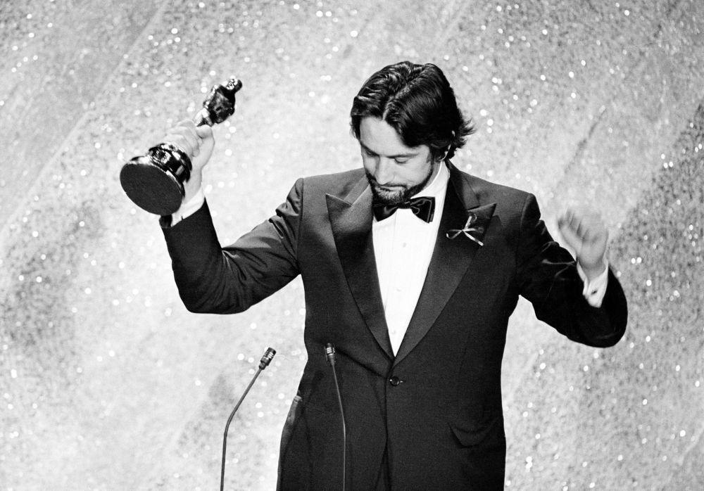 L'attore Robert De Niro si aggiudica l'Oscar per la sua interpretazione nel film Toro scatenato alla Cerimonia degli Oscar del 1981. E' stato il primo attore a vincere l'Oscar per un film in lingua straniera.