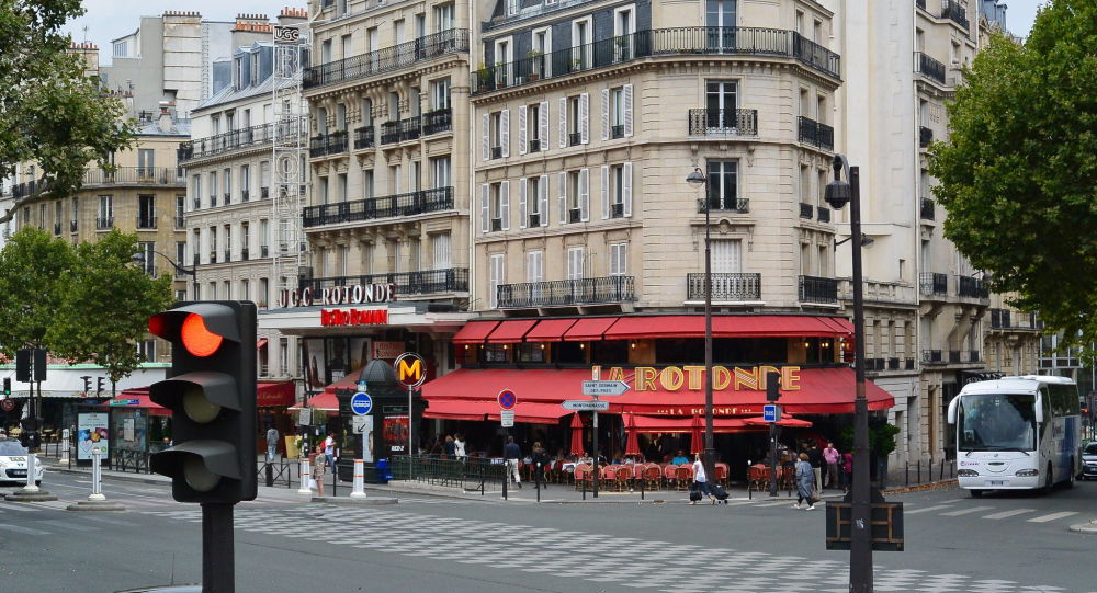 Macron contestato: tentano l'irruzione a teatro, cariche della polizia