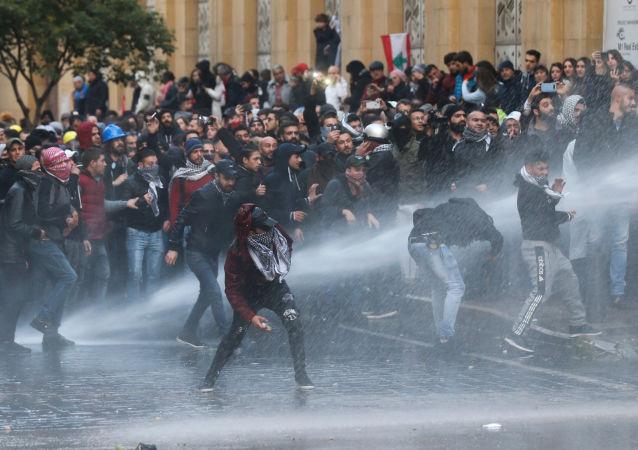 Scontri tra polizia e manifestanti a Beirut