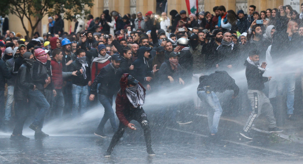 Libano, scontri tra polizia e manifestanti. Il presidente Aoun chiama l'esercito