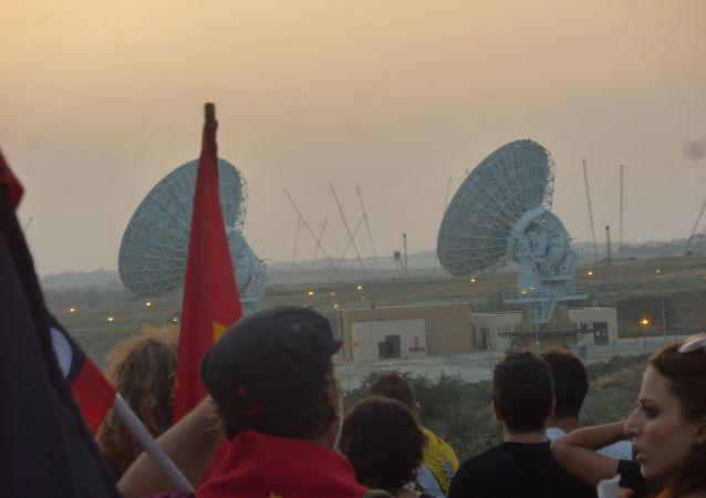Attivisti No Muos manifestano vicino alla base militare di Sigonella