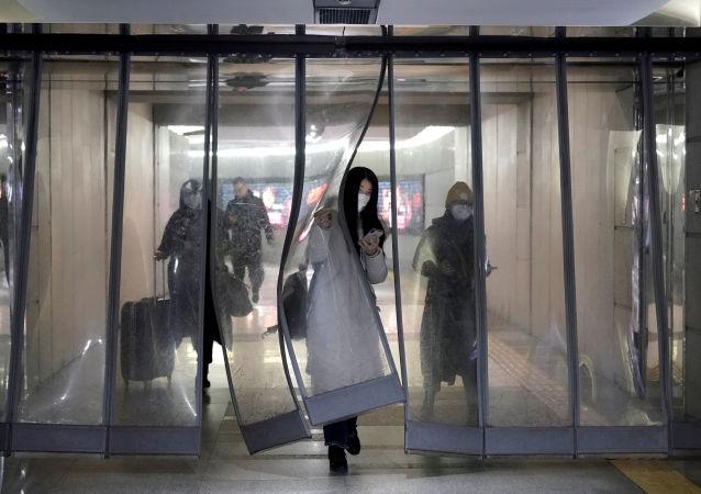 Ragazza con maschera a Pechino