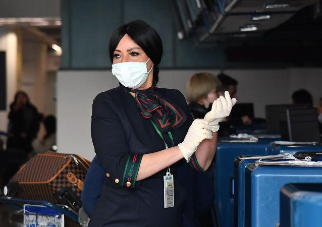 La dipendente dell'aeroporto Fiumicino si sta preparando al controllo dei passeggeri della China Southern Airlines