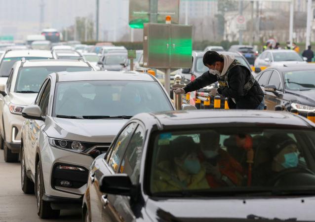 Auomobilisti e passeggeri sottoposti a controlli a Wuhan