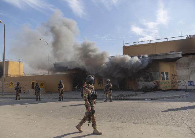 Soldati esercito iracheno davanti all'ambasciata americana a Baghdad