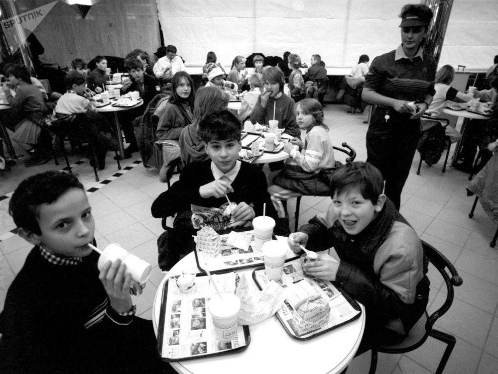Gli alunni degli orfanotrofi di Mosca al ristorante McDonald's sulla piazza Pushkin a Mosca.