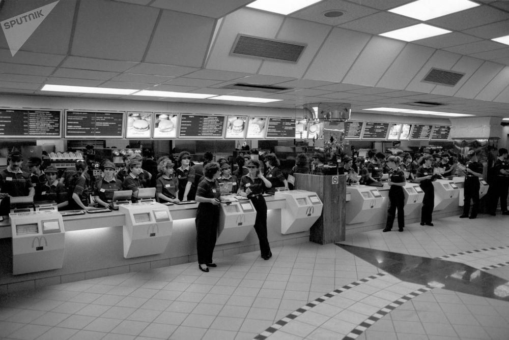 Il personale del primo McDonald's a Mosca in attesa dei clienti.