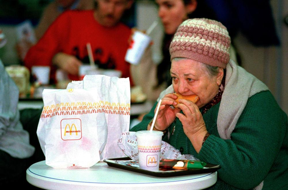 Una donna anziana al ristorante McDonald's a Mosca