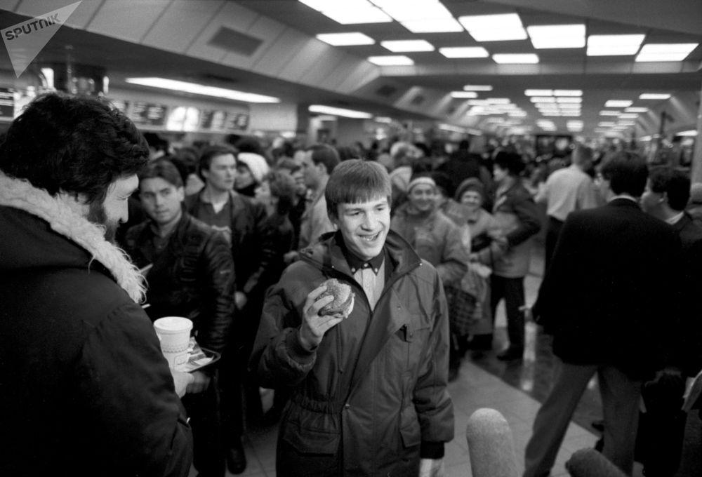 I primi clienti del ristorante sovietico-canadese McDonald's inaugurato sulla piazza Pushkin a Mosca il 31 gennaio 1990.