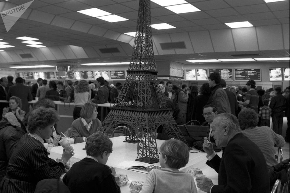 La sala europea del ristorante sovietico-canadese McDonald's sulla piazza Pushkin a Mosca. Una delle attrazioni della sala è un modello originale della Torre Eiffel.