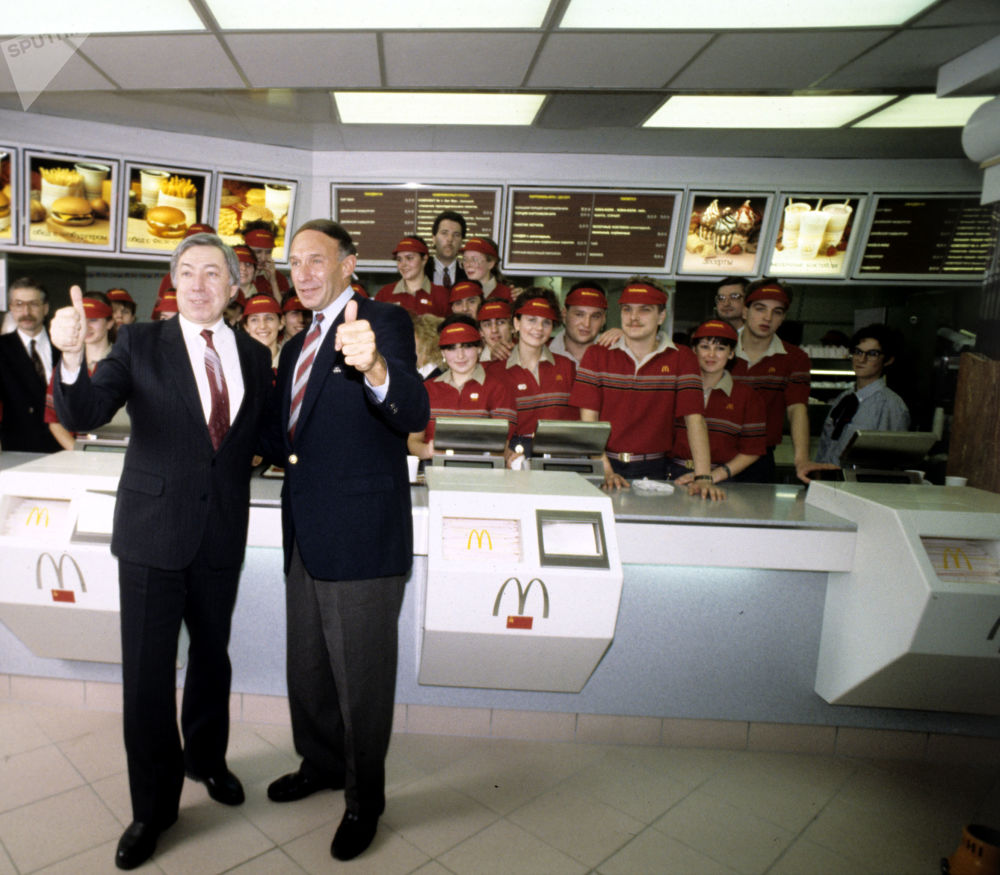 Il dirigente e il presidente del ristorante McDonalds Vladimir Malyshkov e il vice dirigente del ristorante George A. Cohon a Mosca.