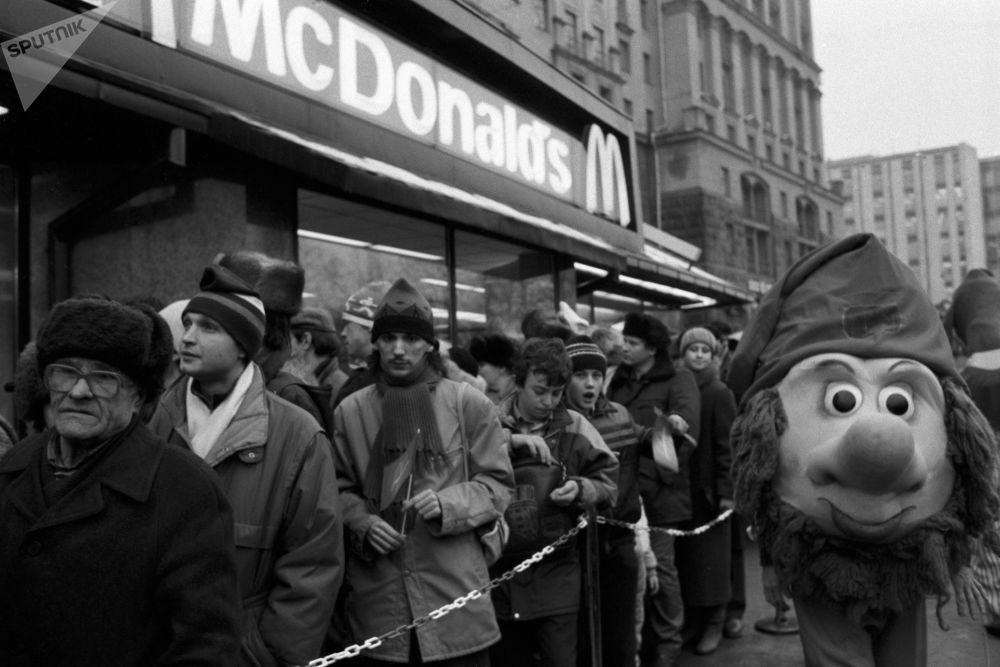 La coda per il primo ristorante sovietico-canadese McDonald's inaugurato sulla piazza Pushkin a Mosca il 31 gennaio 1990.