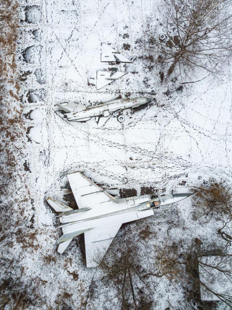 Aerei abbandonati in un aerodromo militare nella regione di Tver, Russia