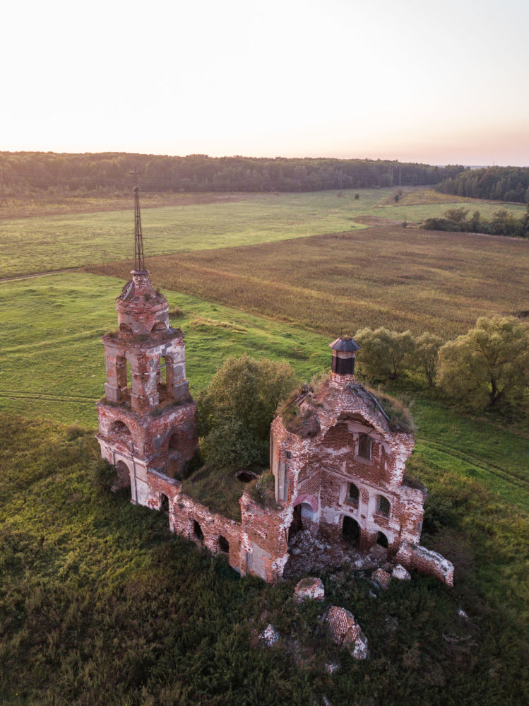Una chiesa abbondanata nella regione di Oriol, Russia