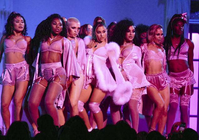 La cantante Ariana Grande si esibisce alla 62° edizione dei Grammy Awards a Los Angeles.