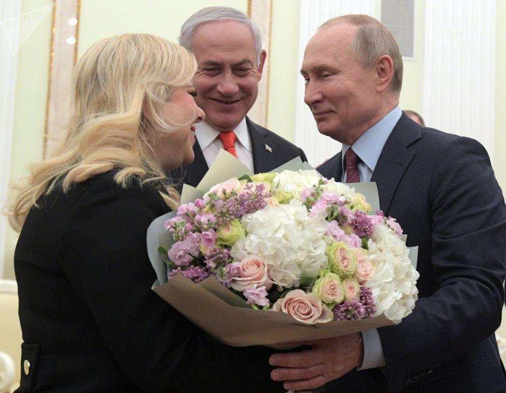 Il presidente russo Vladimir Putin con il primo ministro israeliano Benjamin Netanyahu e la sua moglie Sara durante un incontro a Gerusalemme.