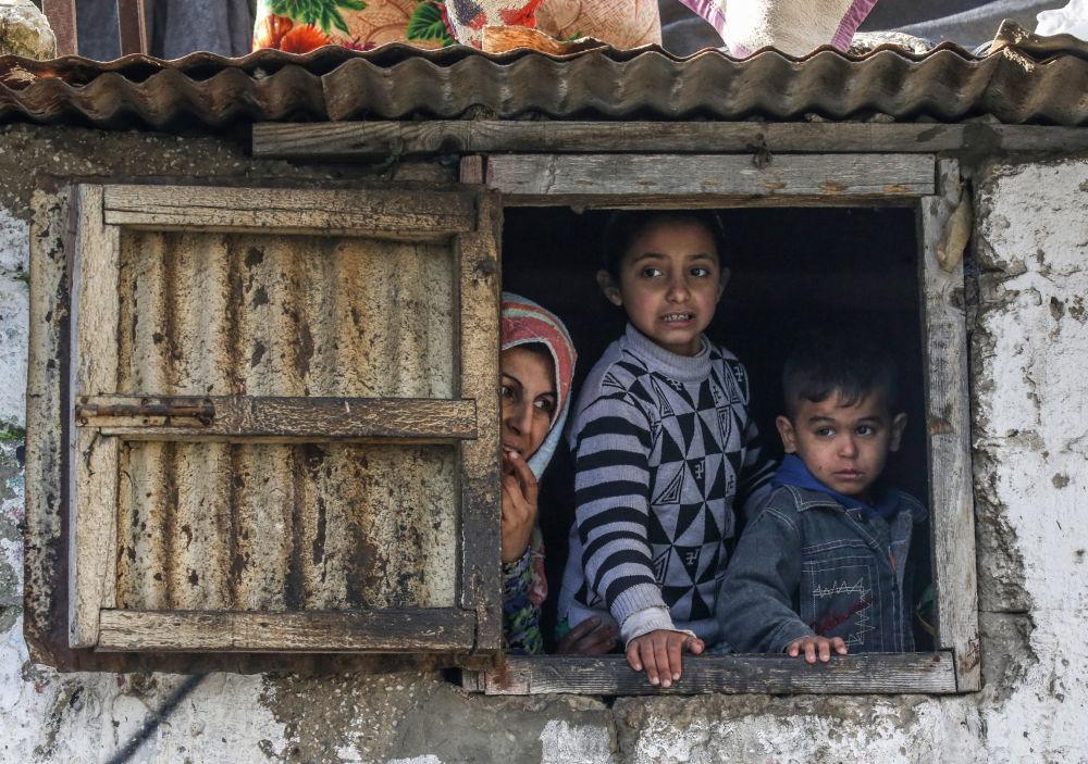 Una famiglia di palestinesi in un campo rifugiati nella Striscia di Gaza.