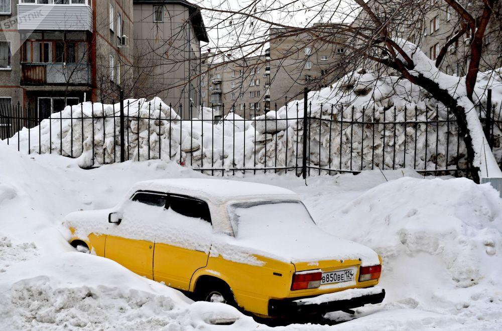 La neve in un cortile della città russa Novosibirsk.