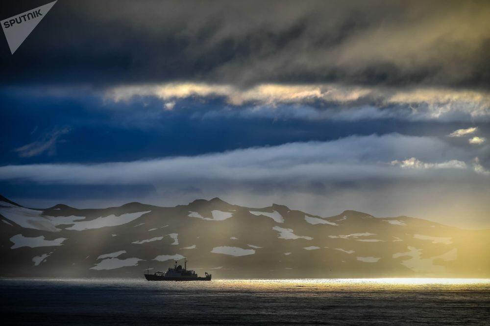 La nave oceanografica di ricerca Admiral Vladimirsky partita da Montevideo verso l'Antartide.