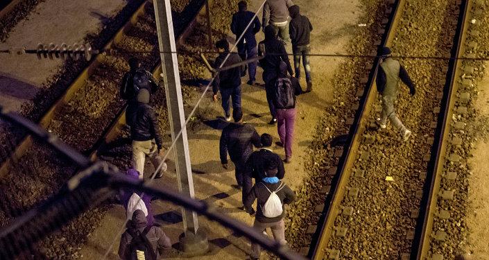 Gli immigranti  vogliono passare la Manica per raggiungere Inghilterra.