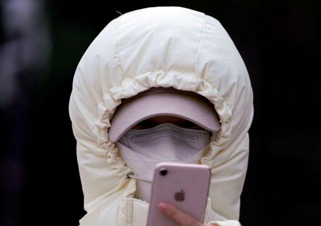 Una donna in una maschera per il coronavirus