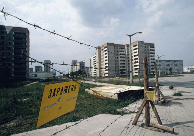 Una recinzione per le strade di Pripyat nella regione di Kiev dopo l'incidente alla centrale nucleare di Chernobyl, 1986