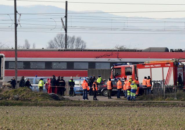 La polizia e i vigili del fuoco aiutano i passeggeri del treno ad alta velocità Frecciarossa deragliato sulla linea Milano-Bologna a Ospedaletto Lodigiano, il 6 febbraio 2020