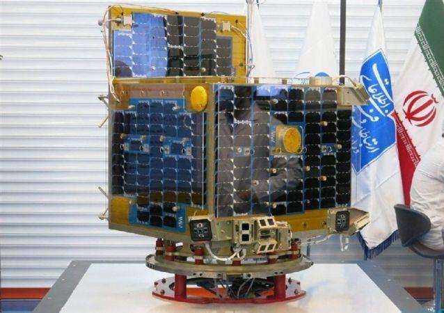 Un modellino del satellite Zafar