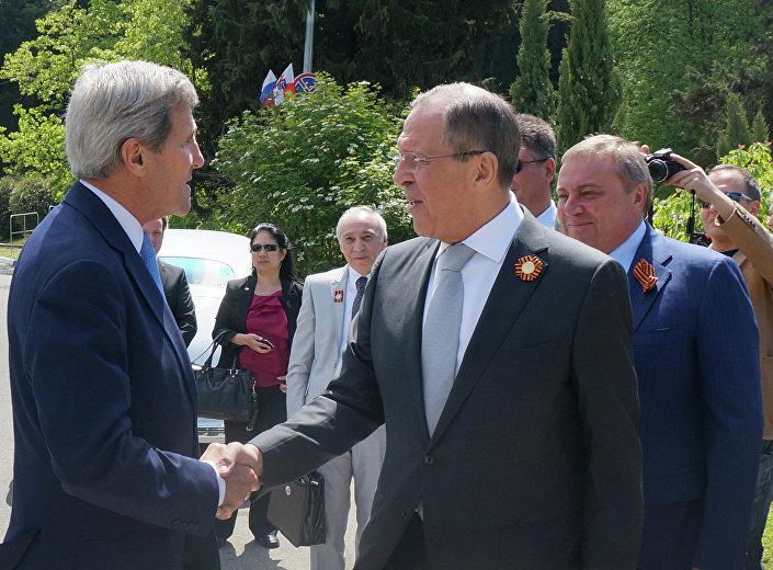 Un momento dell'incontro fra Kerry e Lavrov a Sochi.