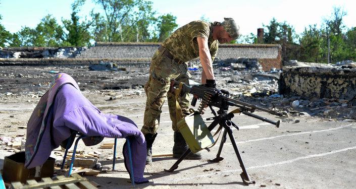 Un soldato ucraino del battaglione Donbass prepara la sua postazione prima di sparare