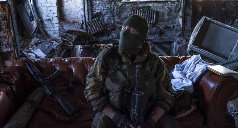 Un miliziano nel Donbass
