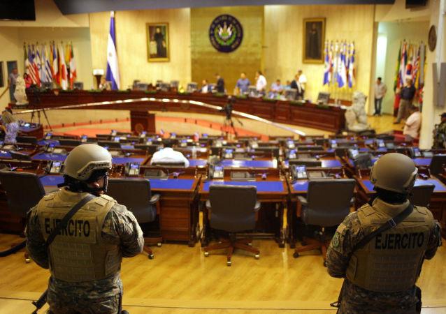 I militari dentro il Parlamento a El Salvador