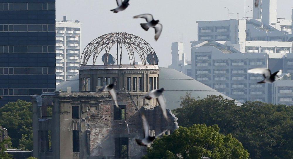 Le colombe alla ceremonia solenne in memoriam alle vittime di bomba atomica a Hiroshima