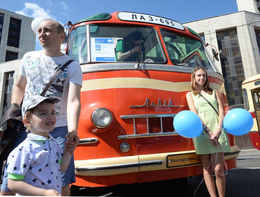 La sfilata degli autobus d'epoca a Mosca
