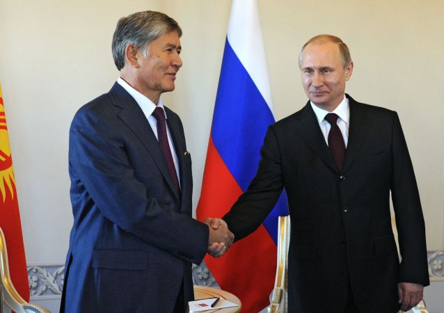 Il presidente russo Vladimir Putin e leader di Kirghizstan Almazbek Atabajev