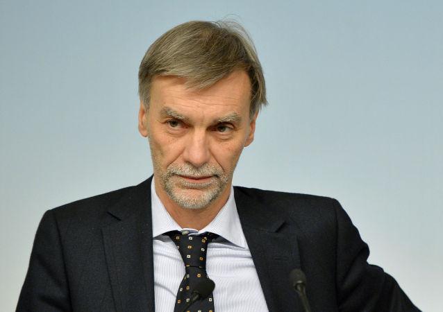 Il ministro per le Infrastrutture Delrio e il ministro dell`Economia Pier Carlo Padoan