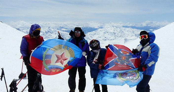 Alpinisti da Lugansk con le bandiere della Repubblica Popolare di Lugansk e la Nuova Russia , maggio del 2015